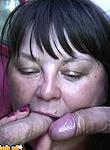 Cycata mamuśka ciągnie dwie pałki